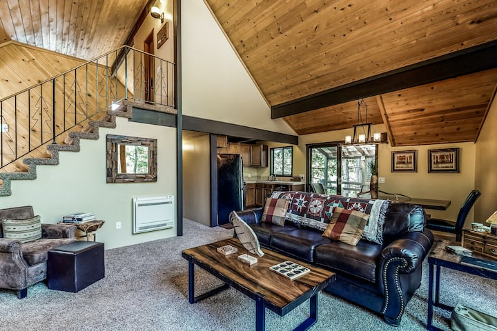 New listing! Dog-friendly mountain retreat w/ a furnished deck & full kitchen