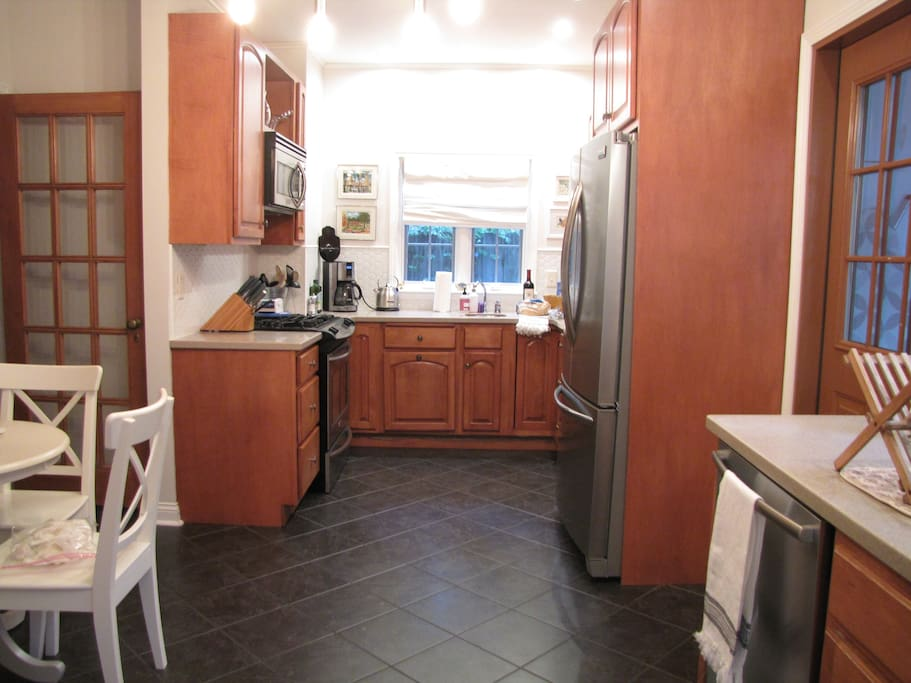 Fully functional eat-in kitchen with gas stove/oven, dishwasher, and microwave