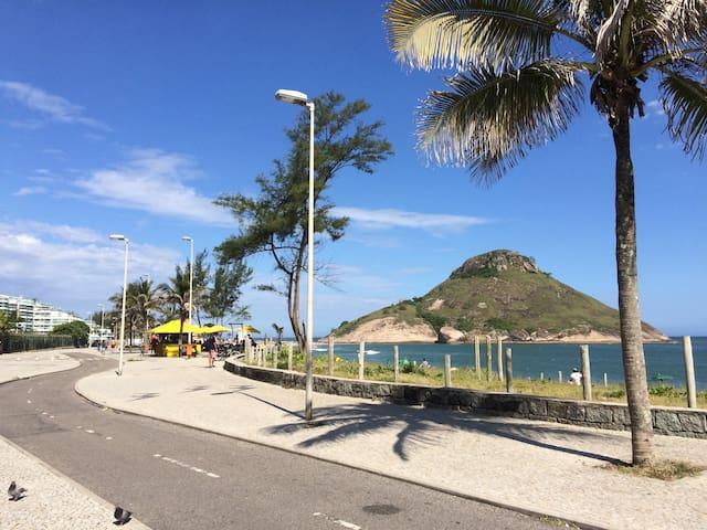Flat ao pé da areia na Praia do Recreio