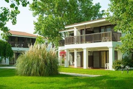 Marathon Bungalow in a beach hotel -full amenities