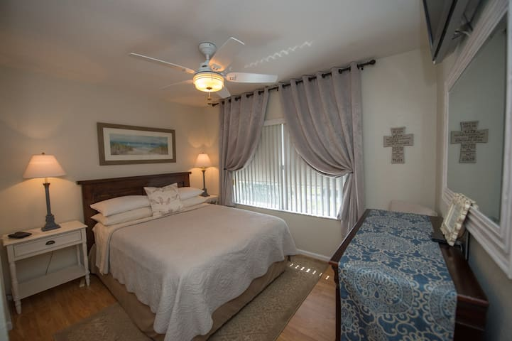 The Guest Nest - clean private room/bath - Wifi,TV