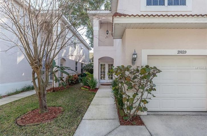 Great townhome in the best neighborhood!