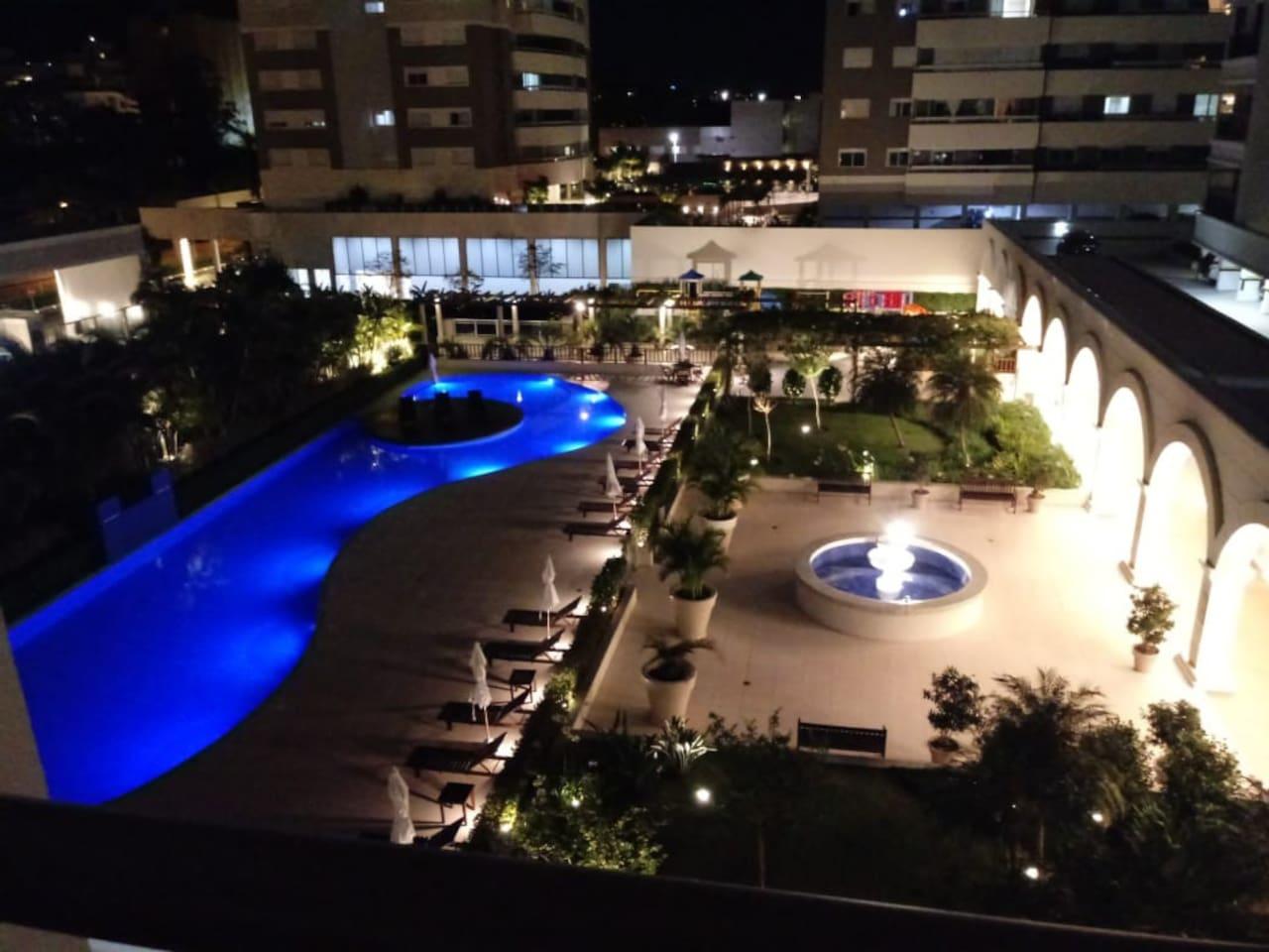 Vista parcial da área da piscina externa e jardim - Residencial Plaza Mediterrâneo