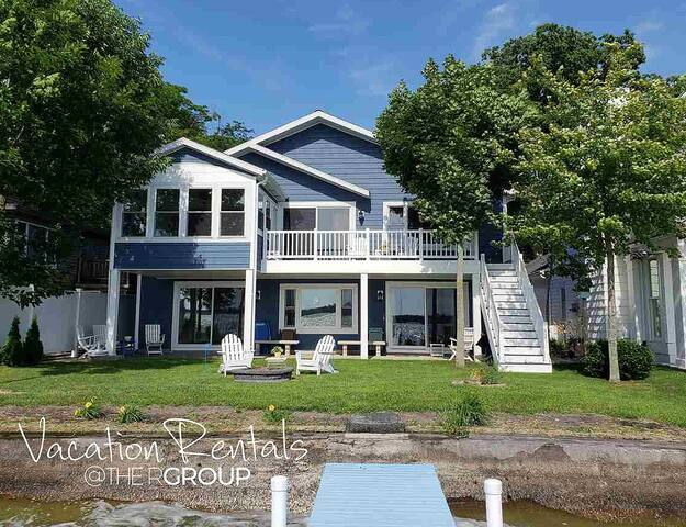 NEW! Beautiful 4 bdrm Lakefront Home  Lake Wawasee