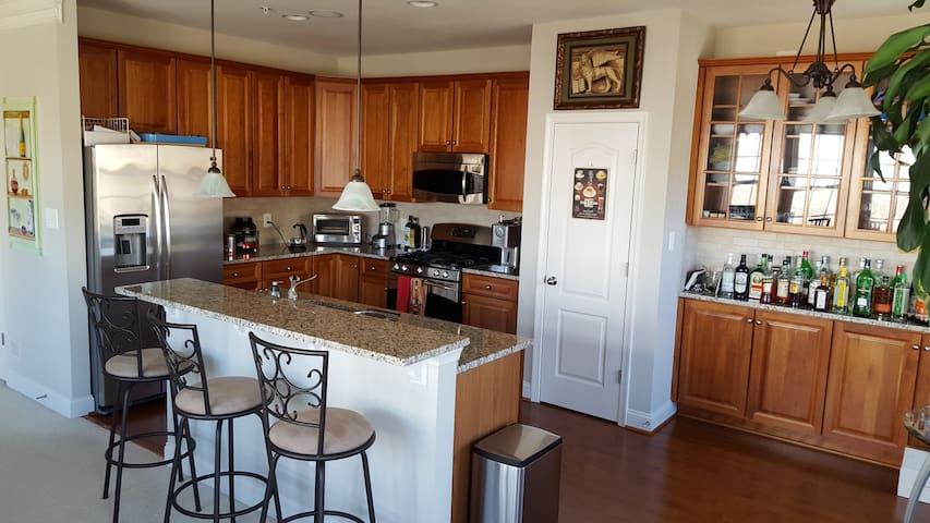 Bright, modern, model end unit - Gaithersburg - Appartement en résidence