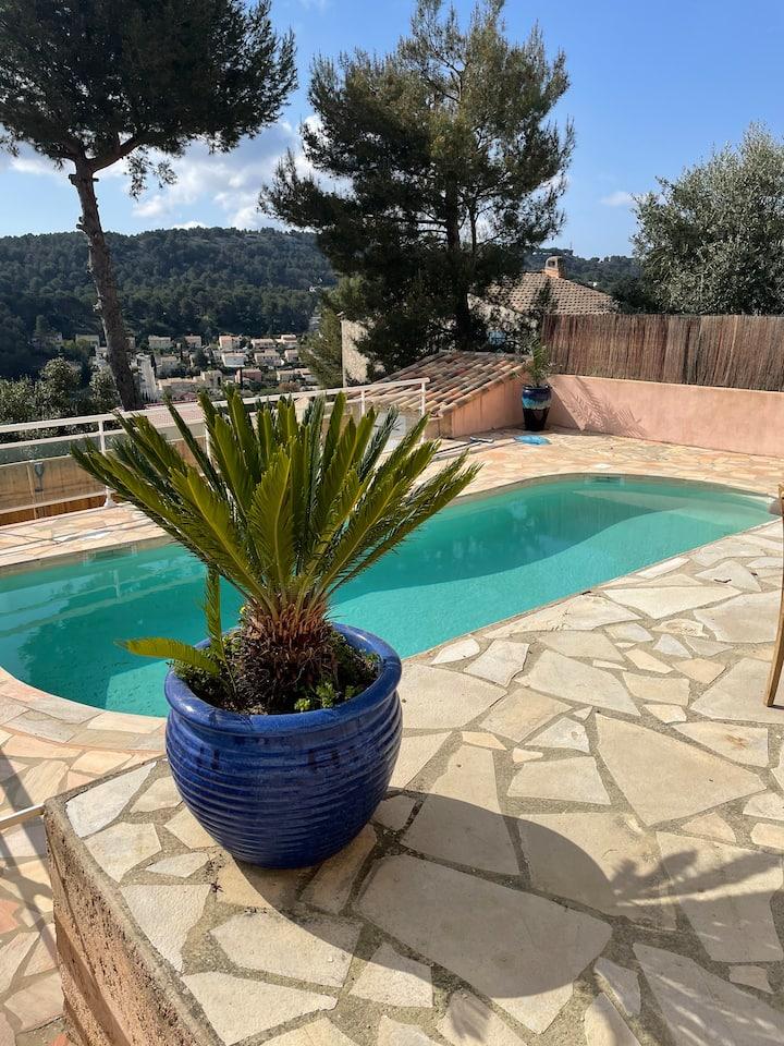 Bas de villa au calme accès piscine