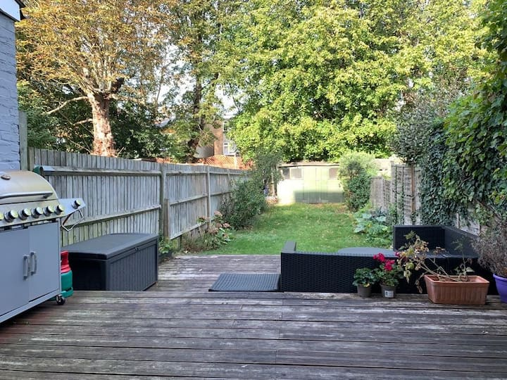 Pretty 2 bed garden flat in excellent location