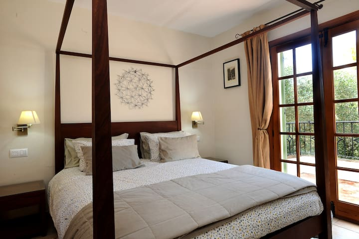 King four-poster bed with en-suite