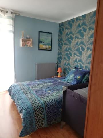 Chambre volet   avec lit parapluie si besoin Grande armoire penderie miroir entièrement à votre disposition