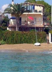 Casa la conchiglia sulla spiaggia