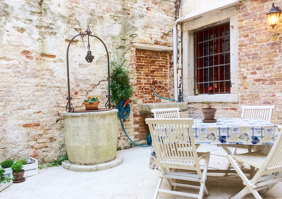 Up to 5 Guests, this outstanding apartment and its exclusive antique courtyard are perfectly located in a XVI century old building 5 minutes away from St.Mark's and Rialto Bridge, yet in a very quiet street