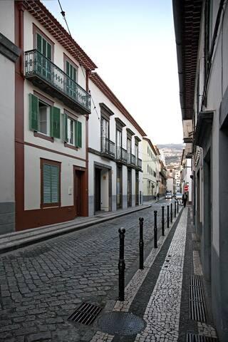 Cama em dormitório misto com janela