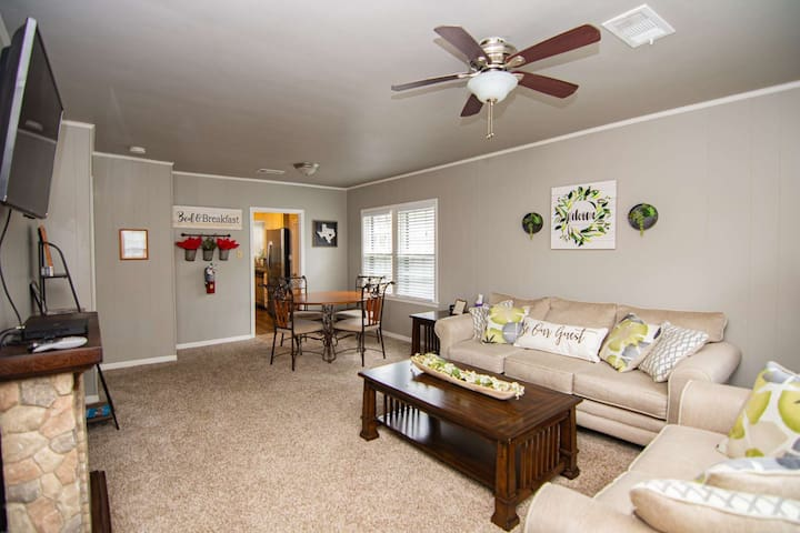 White Stone Cottage Close to AT&T Stadium, Globe Life Field, Six Flags, Hurricane Harbor & More!