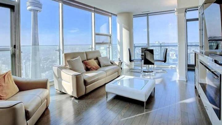 Gorgeous bright high rise condo,Lakeview &CNtower