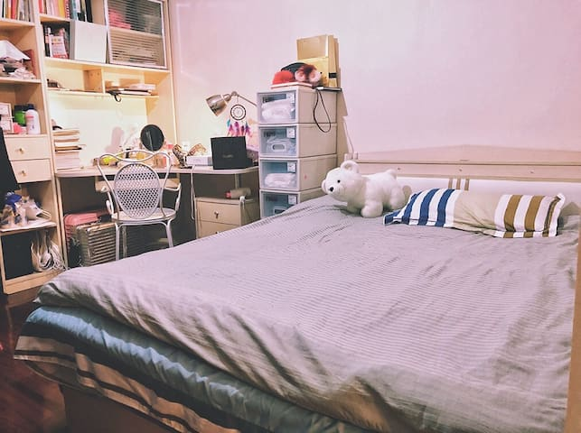 Sweet cozy private room near subway with Queenbed