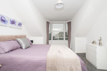 Stylish 4 bed apartment close to Hospital