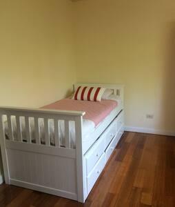 Single bed, nice room - Shepparton - Huis