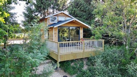Pine Lodge - Lakeside Retreat