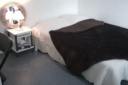 Chambre calme et douillette a 5 mn de la belgique. - Wattrelos - Haus