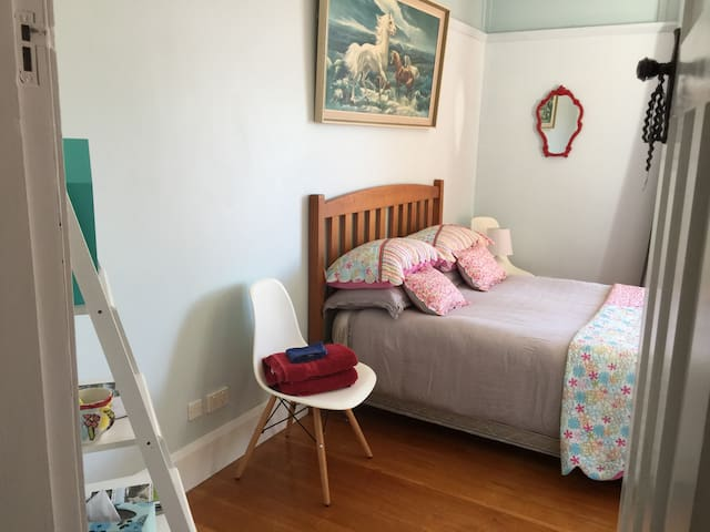 Spacious Double Villa Room on City Bus Route - Nelson - Hus