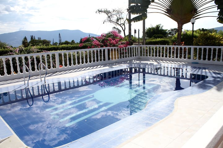 Casa de descanso en Chinauta con piscina - Chinauta - Hus