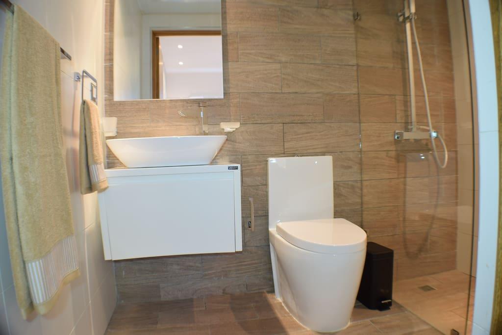 Baño completo de la habitacion