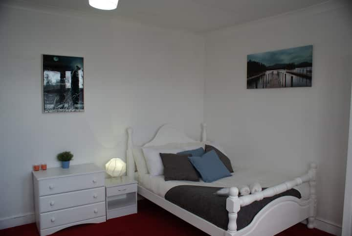 Doube Room 5 mins from Tube station (With Garden)!