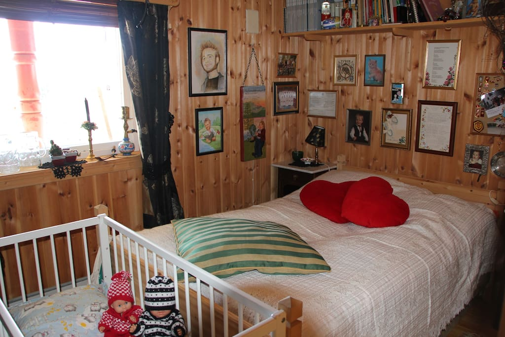 Bedroom with one double bed (120), bed for a kid (3-8 yrs) and a cradle