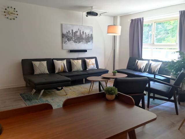 Entire 2 Bedroom, Brilliant Condo @ Downtown