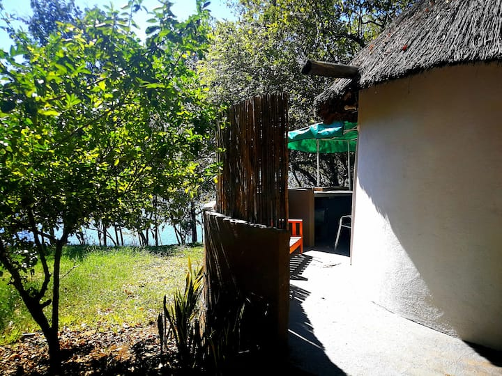 Chalet Siavonga, open shower, outdoor cooking.