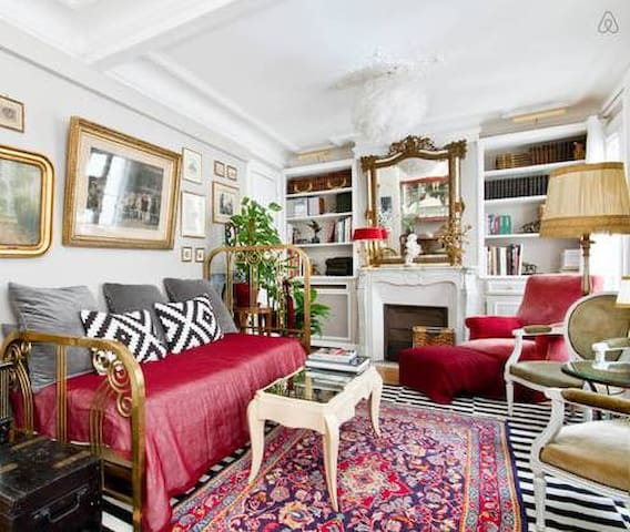 Room in a typically Parisian flat down Montmartre