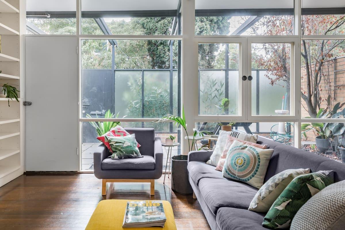 Little Shirley—Mini Home with Huge Courtyard near CBD