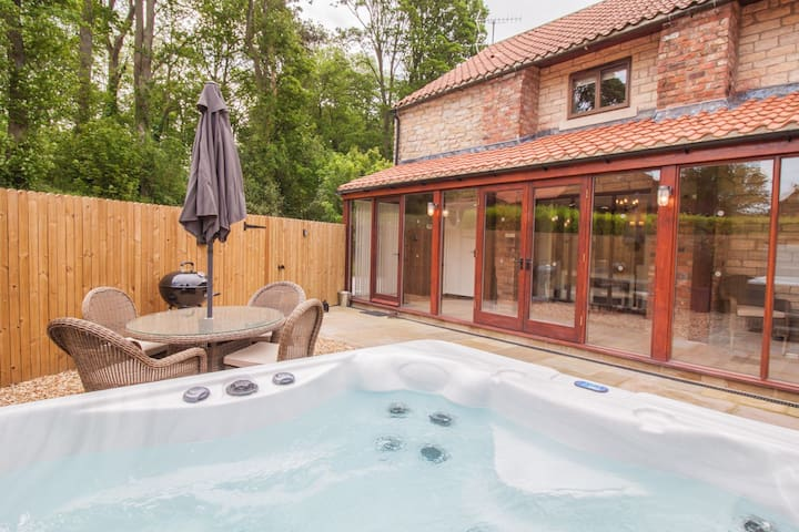 Rosedale Cottage | sleeps 4 - Hot Tub, Dog Friendly - 5* Gold Award