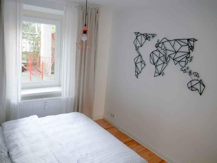 Schlafzimmer mit Blick auf Terasse