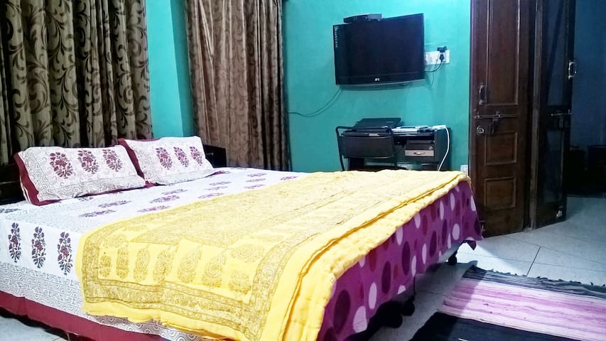 Deluxe bed breakfast Jaipur Raj's room