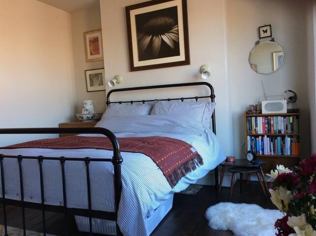 Kingsize room in victorian terrace