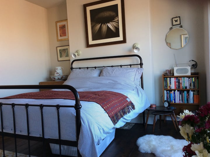Kingsize room in victorian terrace