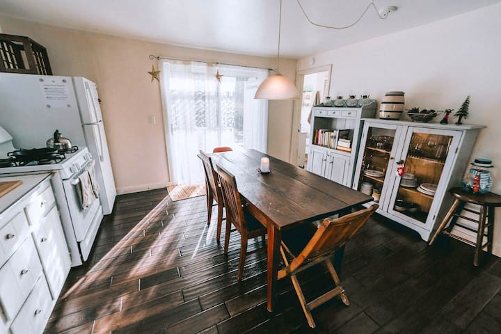 Eat in kitchen, comfortably seats 6.