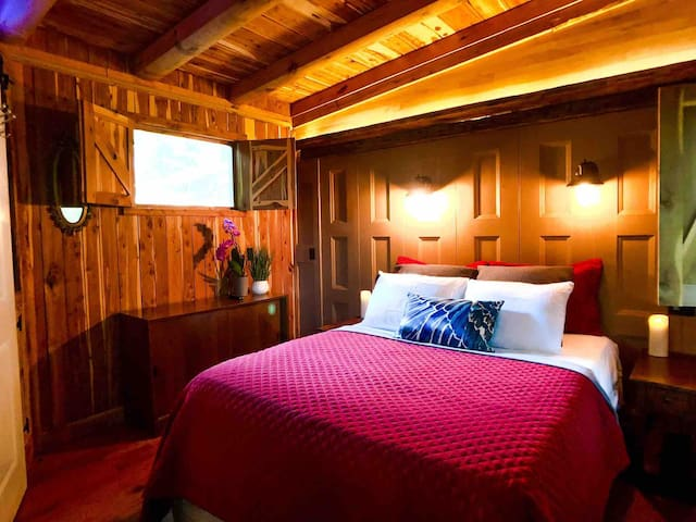 Queen bed is perfect for a couple's retreat or honeymoon. Just 10 minutes from I-40 exit 290 or the Square in Cookeville, enjoy convenience without sacrificing beauty, relaxation or intimacy that refreshes & renews. The perfect romantic getaway!