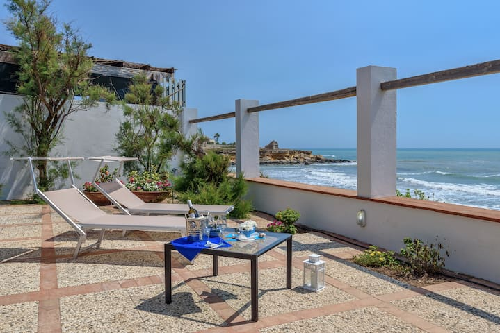 Elettra, villa with sea view 20 m from sandy beach
