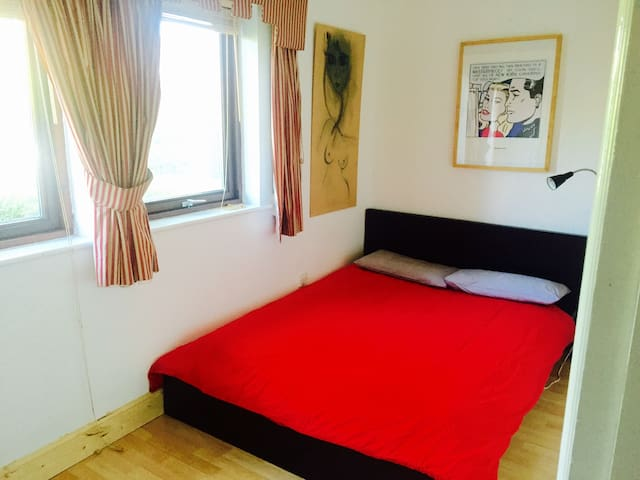 Quiet Double Bed/Dublin 4