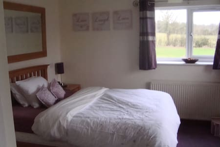 Large double room with en suite - quiet location - Loxley - Inap sarapan