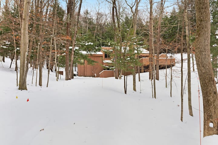 Mid-century modern home with expansive deck, full kitchen- clubhouse access!