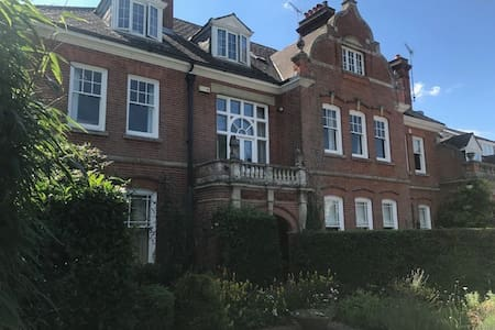 Large Bedroom close to Salisbury and New Forest