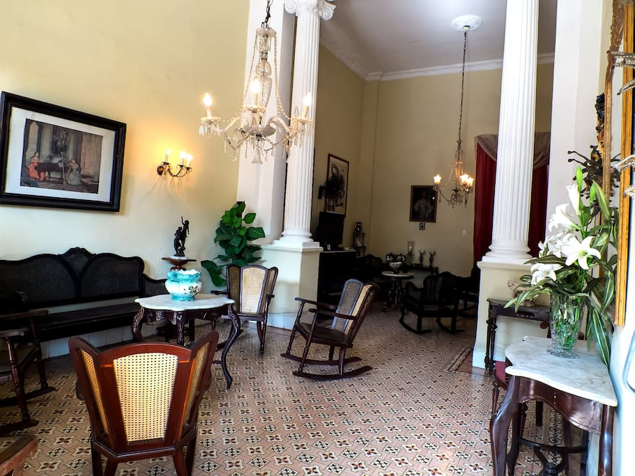 Sala amplia e iluminada donde recibimos a nuestros visitantes