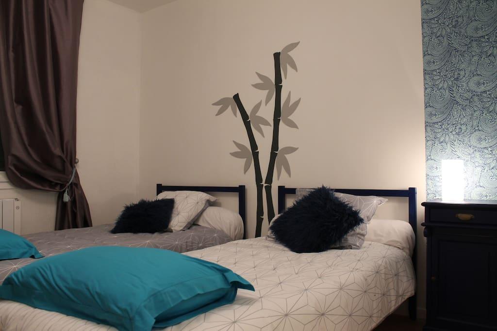 Chambre 2 - 2 lits simples, table de nuit, buffet. Linge de lit fourni