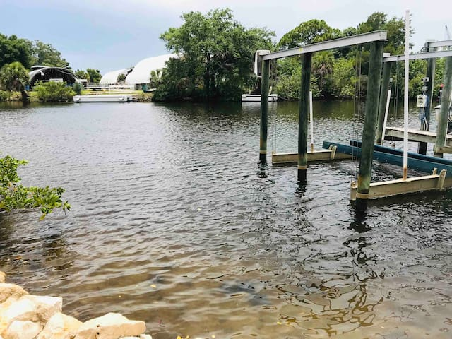 Only one house away from this cottage is a dirt road which leads to the Anclote River at the end. There you can launch SUPs and kayaks. Rentals are available two blocks away from the cottage, close to the boat ramp and the Freedom Boat Club!