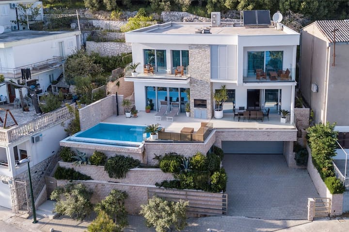 ctdv288- Luxurious villa with pool, 8+2, directly on the sea