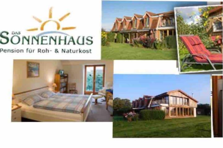 Das Sonnenhaus - Zimmer 2 mit Küche und Terrasse
