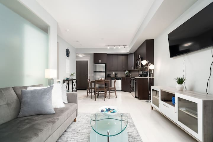 Modern Condo - 1 BDRM + Sofabed + Easy Parking